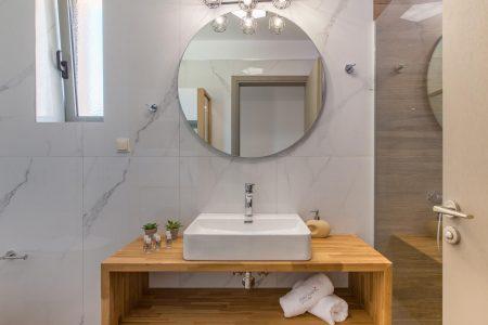 Bathroom Mirror and towels